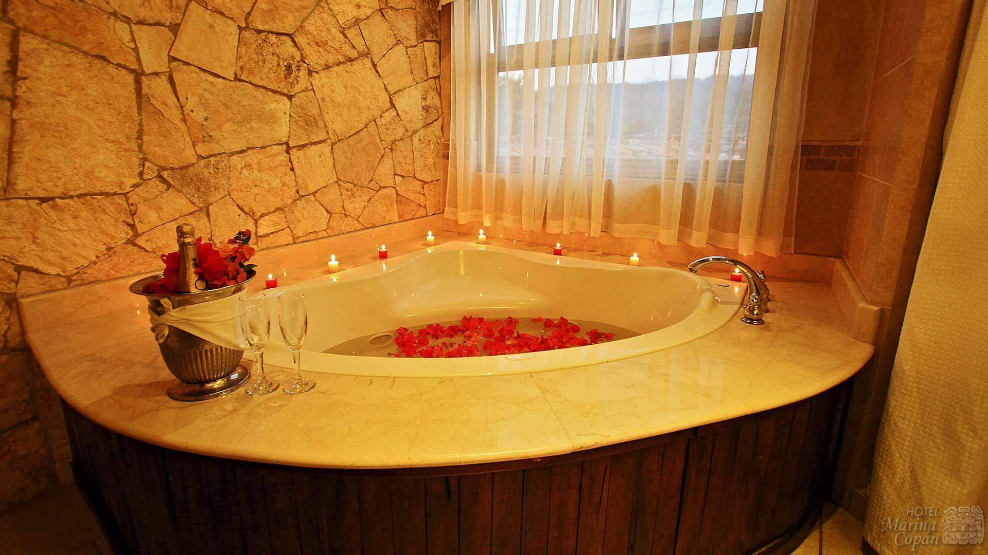 premium room jacuzzi hotel marina copan. Black Bedroom Furniture Sets. Home Design Ideas